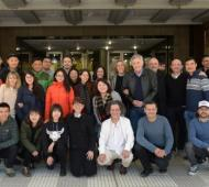 Los equipos de producción de China y Argentina junto al presidente de RTA, Miguel Pereira.