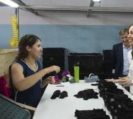 Vidal visitó una fábrica textil en la localidad de Pigüé.