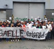 Los trabajadores protestan en la puerta de la fábrica.