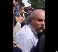 Granados se enfrentó a un ex agente en pleno acto.