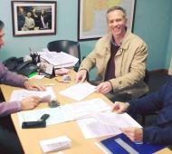 El Intendente, al momento de la firma con la constructora. Foto: InfoZona.