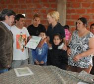 Karina Rabolini entregó aportes económicos a comedores infantiles de la ciudad de Rosario. Foto: BAnoticias