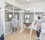 Funcionarios recorriendo el laboratorio público de Hurlingham.