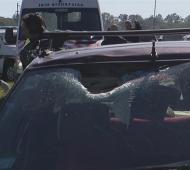 El impacto del ladrillo rompió el parabrisas del auto. Foto: TN