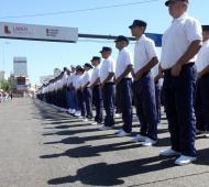 Los cadetes que egresaron desfilaron este domingo por las calles de Lanús.