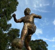 El primer monumento de Maradona inaugurado en Argentina está en Bahía Blanca