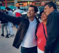 Massa dialogó con vecinos y trabajadores en Miramar.