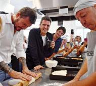Massa y Tinelli hicieron pan en una escuela municipal.