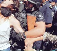 La diputada Mendoza cuando es tomada del cuello por un efectivo policial.