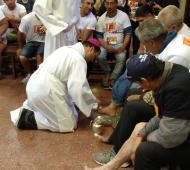 Mestre lavó pies de personas humildes que participaron de las actividades.