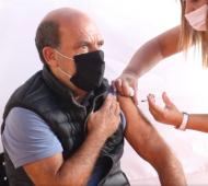 """Vacunación en Coronel Suárez: """"Me anoté el 25 de enero y respeté el turno"""", dijo el intendente Moccero al recibir la primera dosis"""