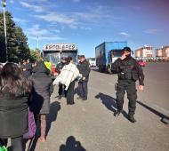 Cocntroles policiales a colectivos con personas que van a la Marcha Federal. Foto: Twitter