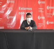 El intendente de Lobos, Jorge Etcheverry (centro), durante el anuncio de reactivación comercial, el martes pasado.