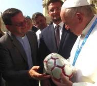 El Papa Francisco recibió pelota fabricada por presos en Trenque Lauquen