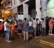 Los familiares en la puerta de la Comisaría donde murieron siete detenidos.