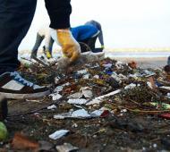 Arrojan hasta 8 toneladas de residuos plásticos en las playas de Villa Gesell
