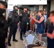 Video: Policías se cuadran ante la exministra Patricia Bullrich en Villa Gesell