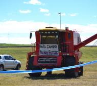 Una bandera y máquinaria icónica de la protesta del campo contra las retenciones. Foto: Archivo LaNoticia1.com