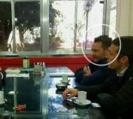 Ariel Erlij, director de Ivanar, sentado frente al intendente Poletti. La reunión fue en febrero de este año.