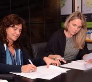 Zulma Ortiz y Gladys González durante la firma del convenio.