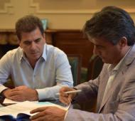 Ritondo y Etcheverry durante la firma del acuerdo. Foto: Seguridad PBA