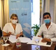 La secretaria Gabriela Torres, y el intendente Hernán Y Zurieta