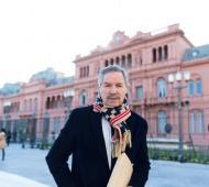 Solá entregó una carta pública una carta pública a Macri. Foto: Twitter