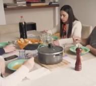 El video representa un almuerzo familiar donde dialogan sobre a quién van a votar a nivel nacional y local.