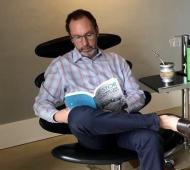Walter Torchio leyendo el libro sobre el ex presidente