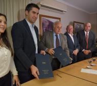 Torres acompañó a Mosca en la firma del convenio.