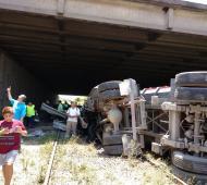 Un camión chocó y volcó sobre las vías del Tren Mitre en el ramal Villa Ballester - Zárate