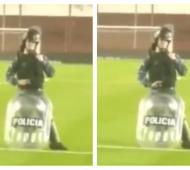 Innecesario: El policía marcó los dos goles con sus dedos y le hizo gestos obscenos a la gente de Platense.