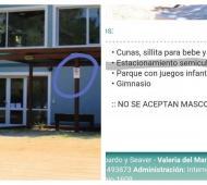Ferreti montó el garage de su hotel en plena calle y ofrece el servicio de estacionamiento en la página web.