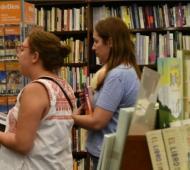 Vidal, de compras en una librería de Mar del Plata.