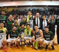 Villa Mitre con el trofeo del segundo puesto. Foto: Torneo Federal.