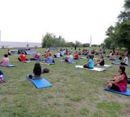 Un centenar de vecinos realizaron yoga frente al río.